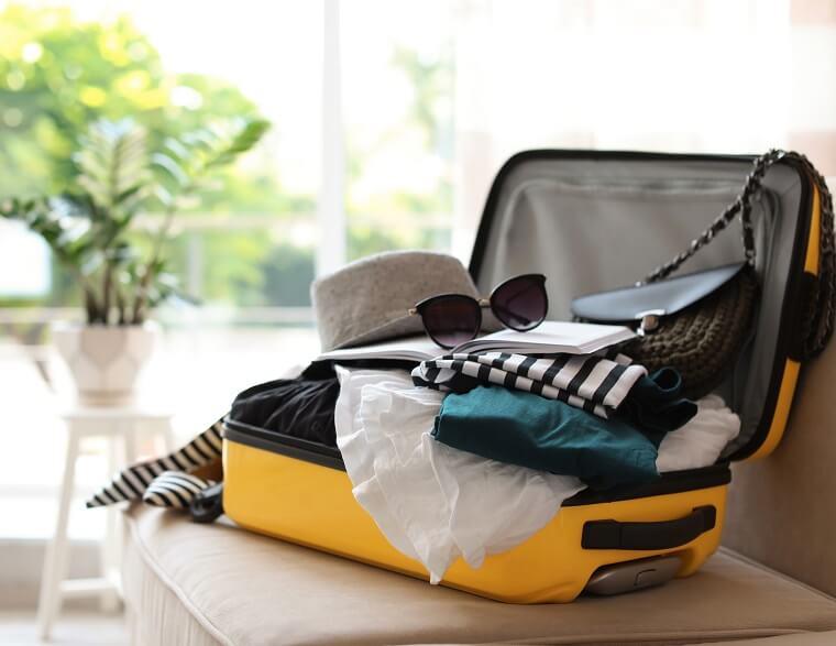 スーツケースと荷物