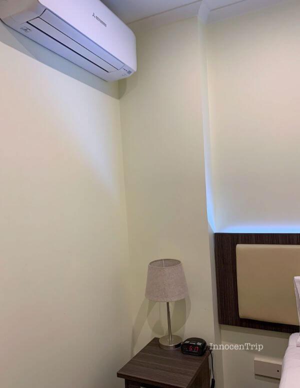 エアコンとサイドテーブル