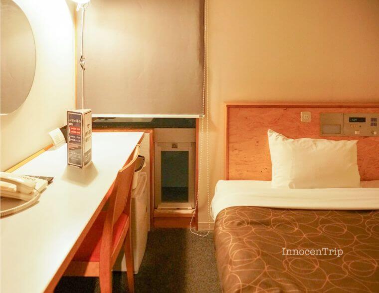 デスクとベッドのスペース