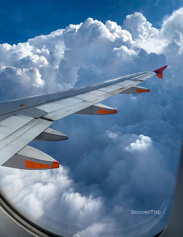 上空の雲とジェットスターの羽