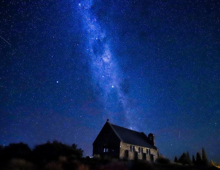 テカポ湖の教会と星空