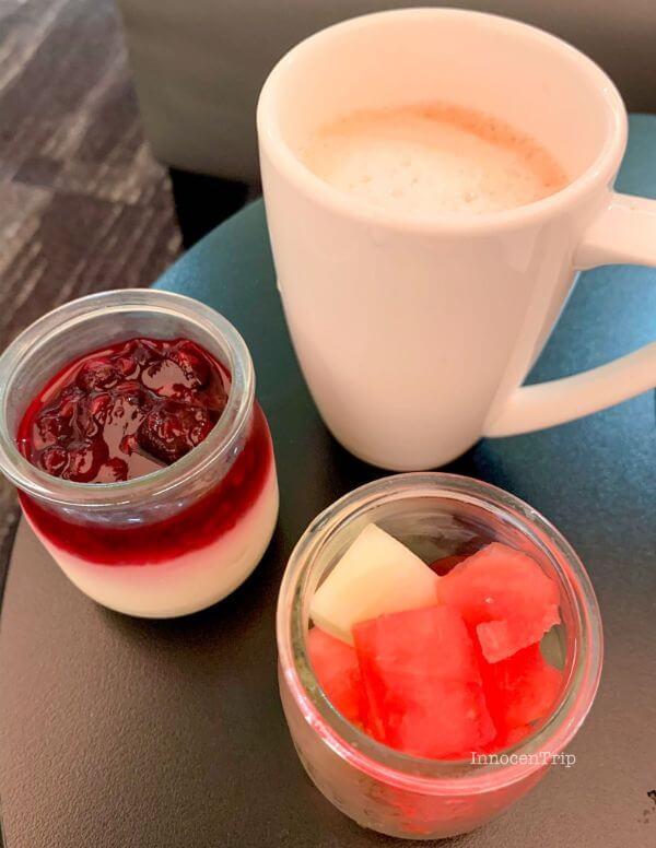 朝食を取り分け コーヒとデザート
