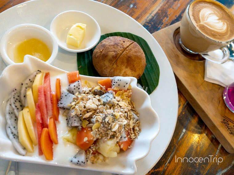 フルーツヨーグルトの朝食